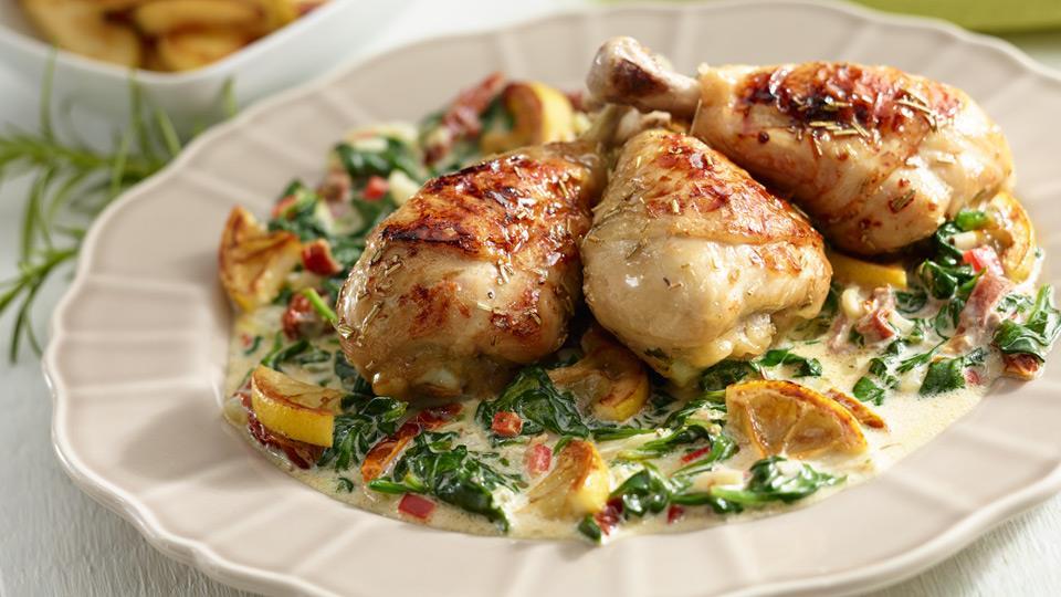 Przepis na pieczonego kurczaka w sezamie na szpinaku