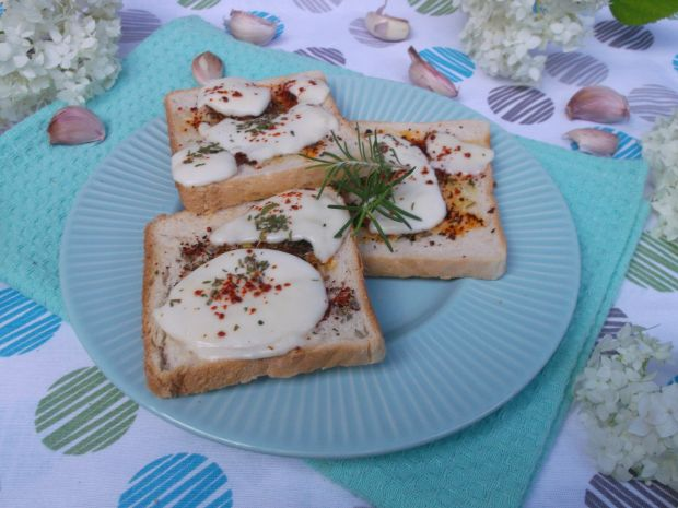 Przepis  ziołowe grzanki z serem mozzarella przepis