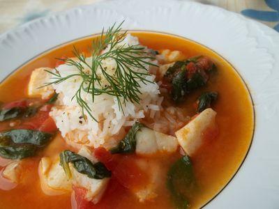 Zupa rybna z pomidorami, szpinakiem i ryżem