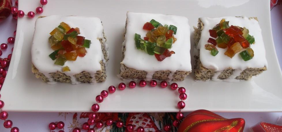 Ciasto piegusek z lukrem i kandyzowanymi owocami. (autor ...