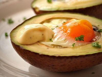 Jajka zapiekane w awokado z majonezem czosnkowo