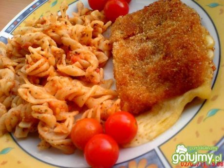 Przepis  smażony ser z makaronem i pomidorami przepis