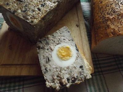 Pieczeń boczkowa z jajkiem i pieczarkami