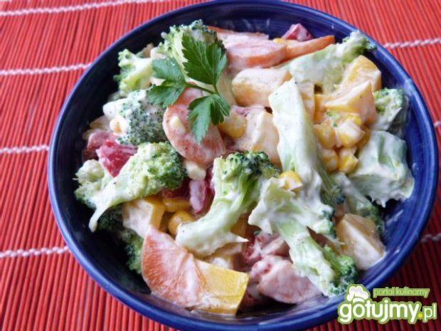 Przepis  kolorowa sałatka z brokuła i papryki przepis
