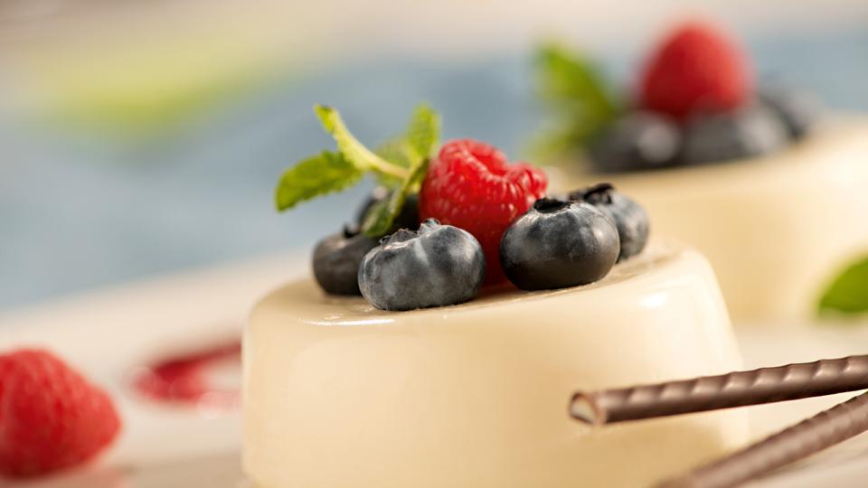 Przepis na włoski deser  panna cottę z owocami lasu