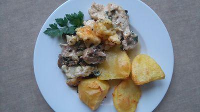 Filet z kurczaka zapiekany z pieczarkami i kalafiorem w sosie serowym