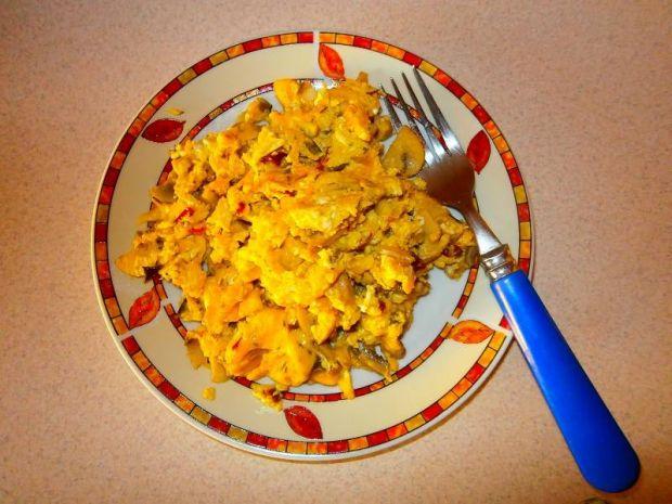 Przepis  jajecznica z pieczarkami i żółtym serem przepis