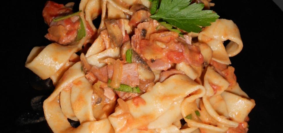 Makaron z szynką i pieczarkami w kremowym sosie pomidorowym ...