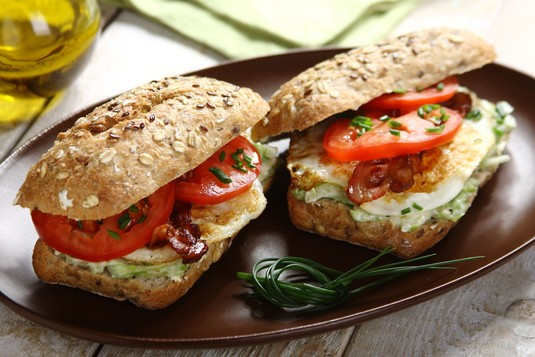 Kanapka klubowa z jajkiem na drugie śniadanie
