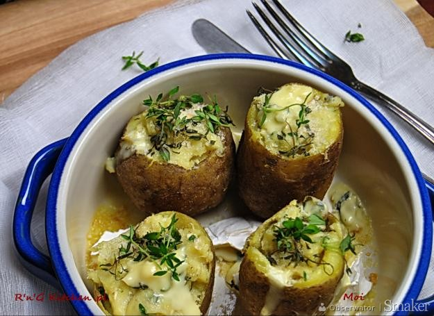 Młode ziemniaki faszerowane pleśniowym kozim serem