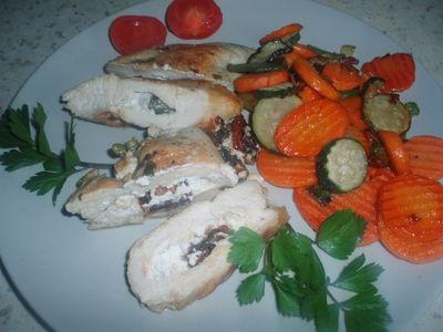 Pierś z kurczaka fetą i pomidorami suszonymi