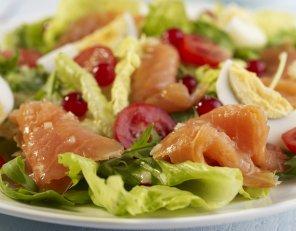 Sałata z wędzonym łososiem i sosem musztardowo