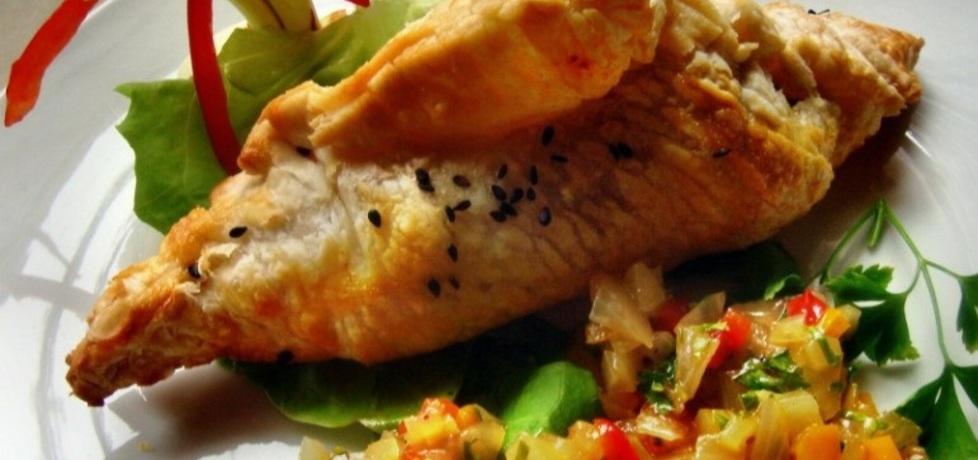 Papilot z łososiem z marynowanymi warzywami. (autor: christopher ...
