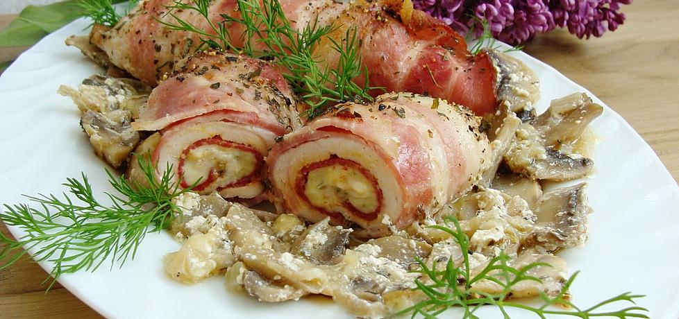 Filet z kurczaka rolowany z salami i boczkiem na pieczarkach (autor ...