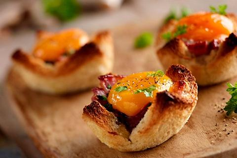 Przepis na tostowe koszyczki z pieczarkami i jajkiem