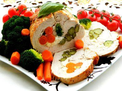 Rolada z indyka faszerowana warzywami