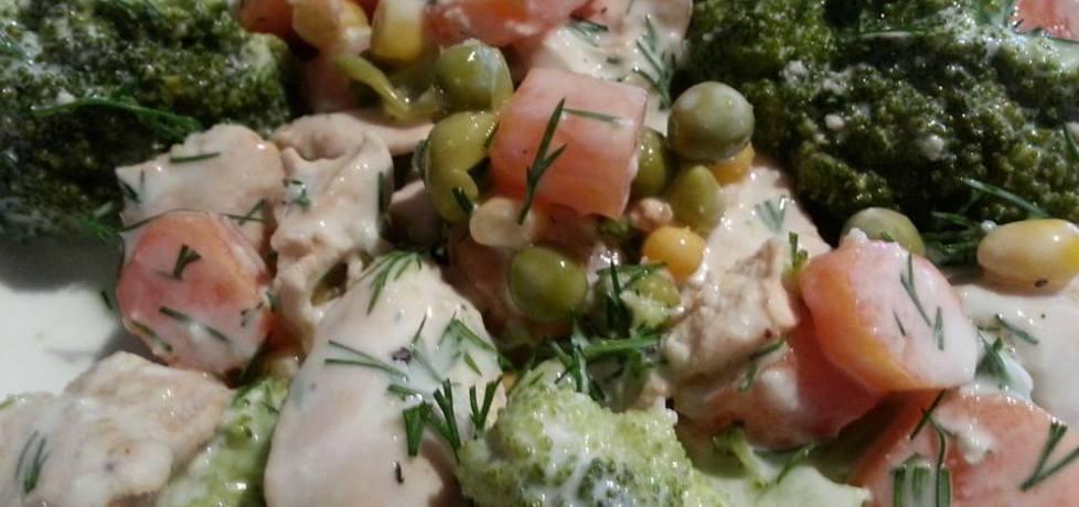Dietetyczny kurczak z brokułami w sosie koperkowym. (autor ...