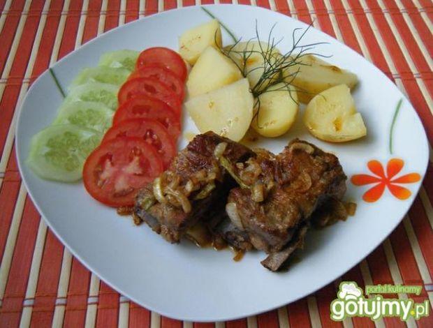Przepis  żeberka wieprzowe duszone z cebulką przepis