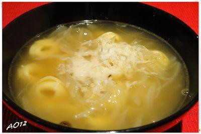 Zupa cebulowa z tortellini serowymi.