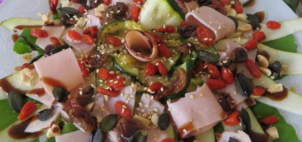 Sałatka z gruszką, szynką i cukinią (autor: koral)
