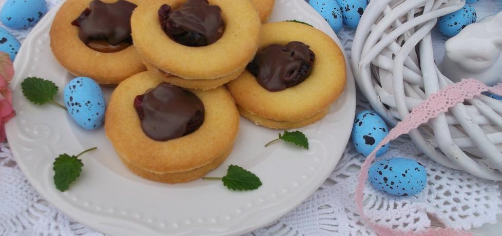 Kruche ciasteczka z kajmakiem, żurawiną i polewą. (autor ...