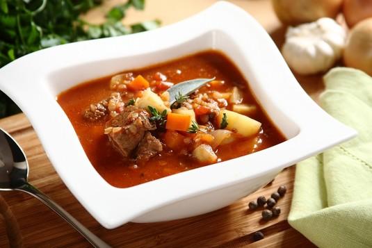 Zupa gulaszowa z kaszą