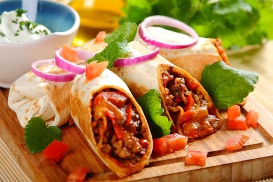 Meksykańskie burrito z kurczakiem i serem cheddar