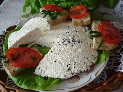 Domowy biały ser z czarnuszką