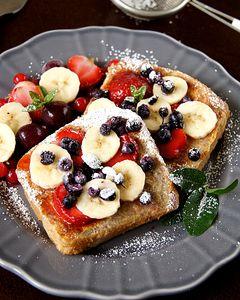 Tosty francuskie z owocami w zdrowszej wersji