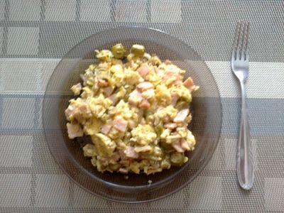 Jajecznica z żółtym serem i oliwkami