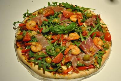 Pizza z rukolą, szynką parmeńską i krewetkami.