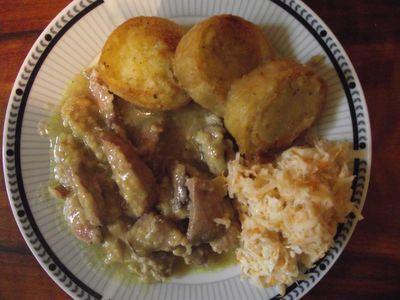 Wątróbki królicze z ziemniakami w waflu i surówką