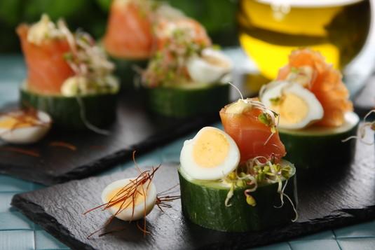 Wielkanocne koreczki z jajkami przepiórczymi i wędzonym łososiem ...