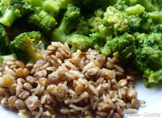 Zielona soczewica i ryż brązowy z brokułami