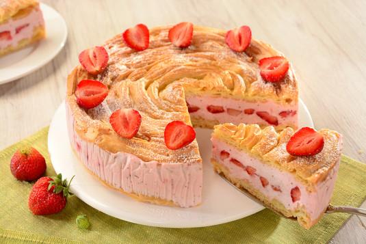 Tort ptysiowy z truskawkami przepis  zobacz na przepisy.pl