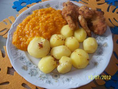 Marchewka na gęsto z ziemniakami i kotlecikami