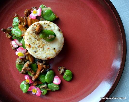Marynowany kozi ser, kurki z bobem, kwiaty begonii