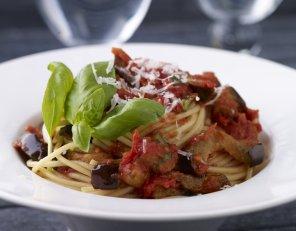 Makaron z bakłażanami, pomidorami i solonym serem ricotta ...