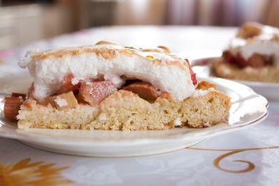 Kruche ciasto z rabarbarem i rosą