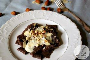 Kakaowy makaron z serem pleśniowym