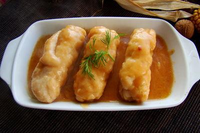 Roladki w soserze z serem pleśniowym i gruszką