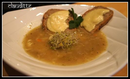 Francuska zupa cebulowa z kiełkami i grzankami