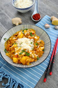 Wegetariańskie curry z mango i nerkowcami