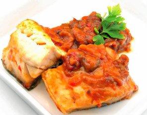 Dorsz pieczony w papryce i pomidorach