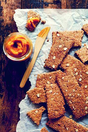 Chleb z orzechów laskowych z masłem klonowo-dyniowym
