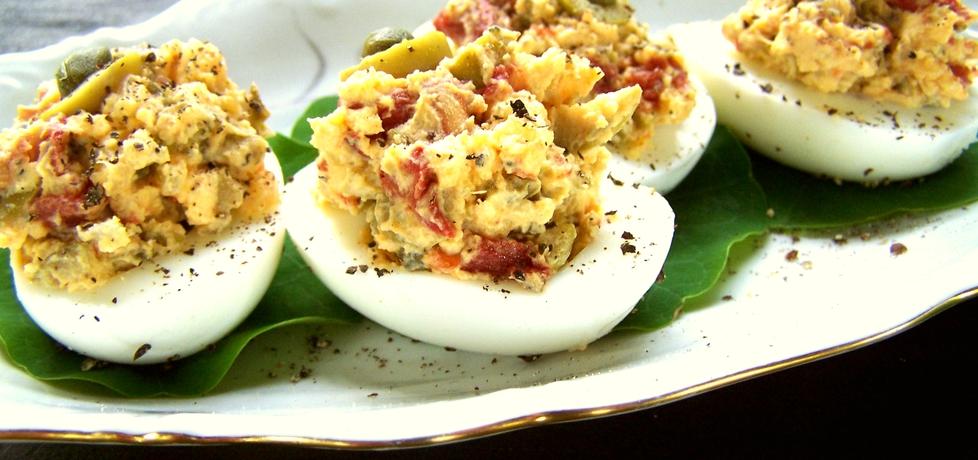 Jajka nadziewane oliwkami, kaparami i suszonymi pomidorami ...
