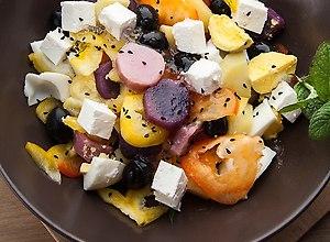 Sałatka z kolorowych ziemniaków z czarnuszką i kozim serem ...