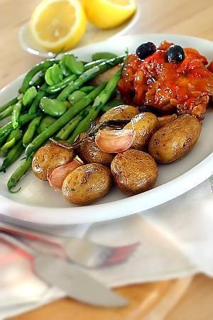 Udka kurczaka duszone z pomidorami i oliwkami