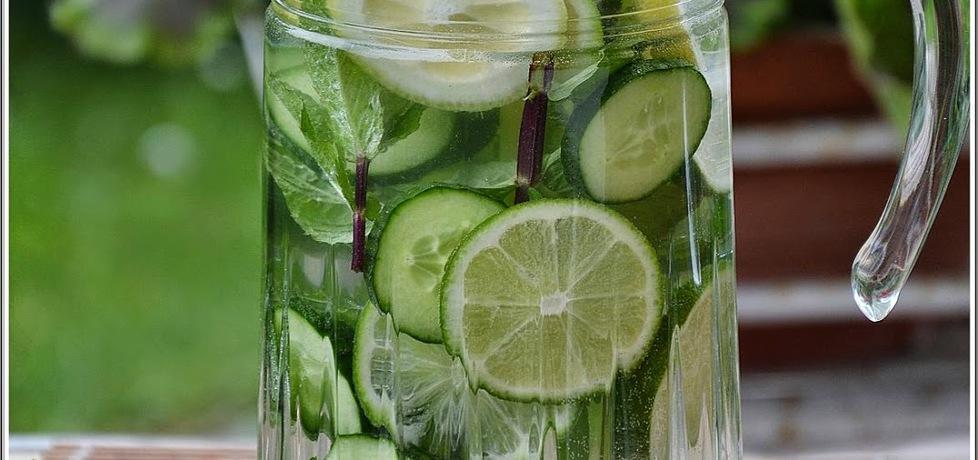Napój z limonki, cytryny, ogórka, imbiru i mięty (autor ...