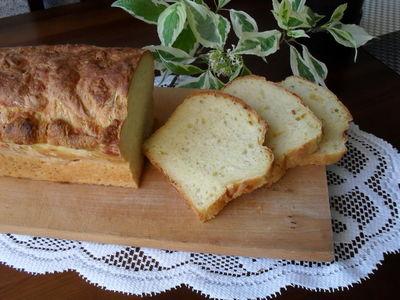 Chleb z żółtym serem